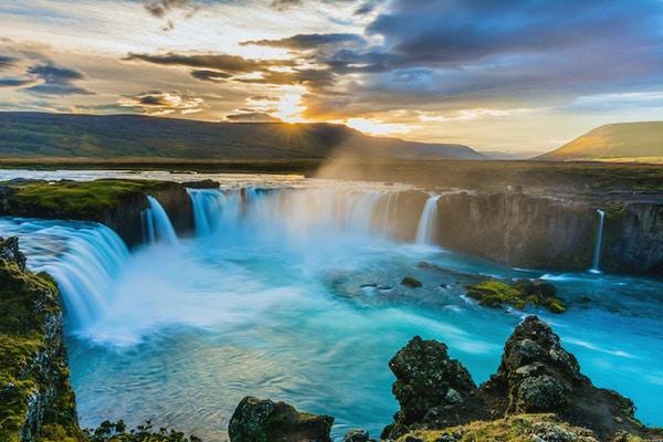 Härlig Godafoss vattenfall på solnedgången, Island