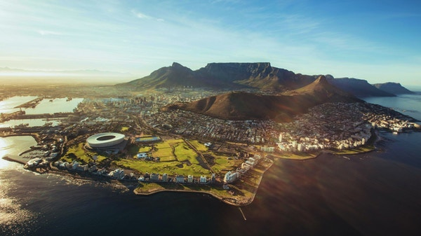 Flygfoto över Kapstaden med Cape Town Stadium, Lion Head och Table Mountain.