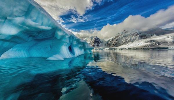Isberg flyter i Andord Bay på Graham Land, Antarktis i november