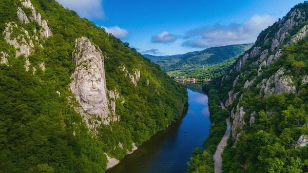 Decebal Head skulpterat i vagga, Danube Gorges (Danube Boilers), Rumänien. Flygfoto.