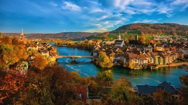 Laufenburg Gamla stan vid Rhenfloden är ett populärt dagsutflyktsmål runt Basel, Schweiz, vid den schweiziska tyska gränsen