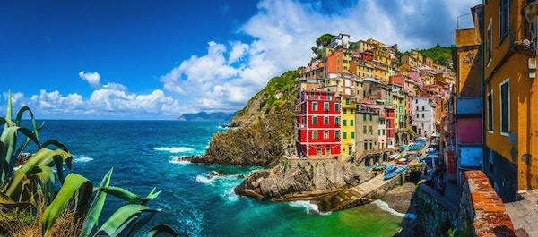 Panoramautsikt över Riomaggiore, en av de fem berömda fiskarbyarna i Cinque Terre i Ligurien, Italien