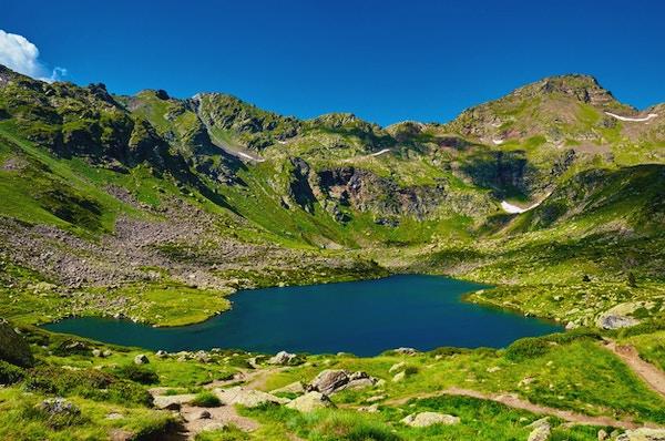 Tristaina höga fjällsjöar i Pyrenéerna. Andorra.