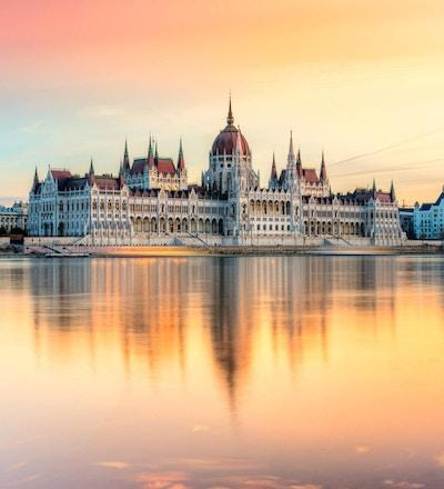 Statlig byggnad sett från Donau
