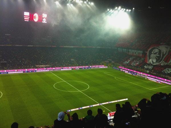 Fullsatt Gisueppe Meazza stadion, kvällsmatch, hemmamatch AC Milan, tifo, Milano, Italien