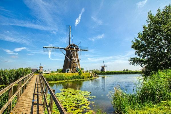 Utsikt over tradisjonelle vindmøller i Kinderdijk, Nederland. Dette systemet på 19 vindmøller ble bygget rundt 1740 og er et UNESCOs kulturminne.
