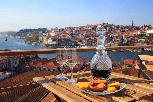 Bord med utsikt en underbar utsikt över floden i Porto, Portugal.