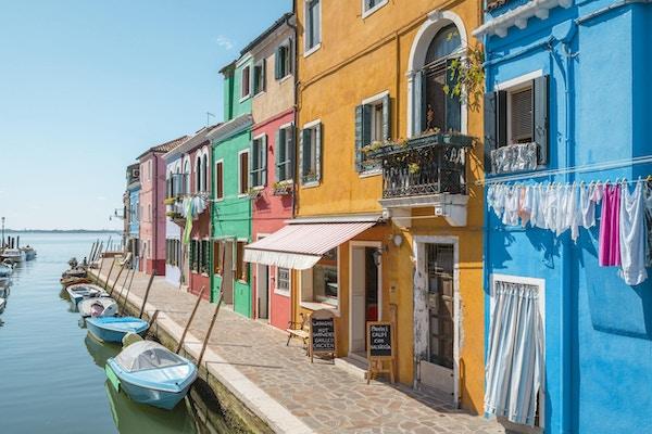 Venedig landmärke, Burano ökanal, färgglada hus och båtar, Italien, Europa