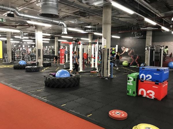Gym med idrottare och träningsutrustning
