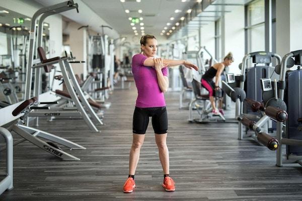 Kvinna som sträcker efter genomkörare i gymmet