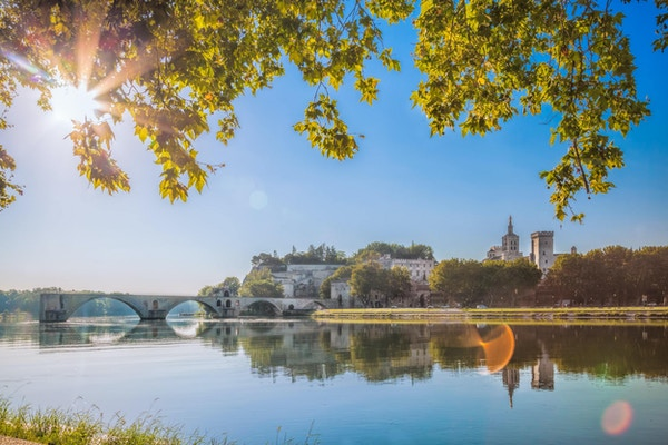 Avignon bron med popparnas palats i Provence, Frankrike