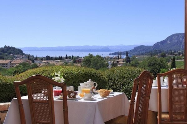 Frukost, utsikt över Gardasjön