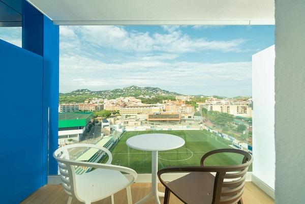 Balkong på hotellrum med utsikt över fotbollsplan, konstgräs, L´Azure Hotel, Lloret de Mar, Spanien