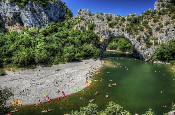 Pont d'Arc, en naturlig bro som ristas ut vid floden Ardeche, södra centrala Frankrike