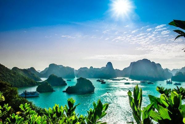 Sikt på karstlandskap vid Halong Bay i Vietnam