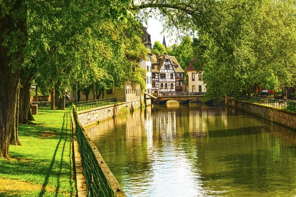 Strasbourg, vattenkanal i området Petite France. Korsvirkeshus och träd i Grand Ile. Alsace, Frankrike. Unesco-webbplats.