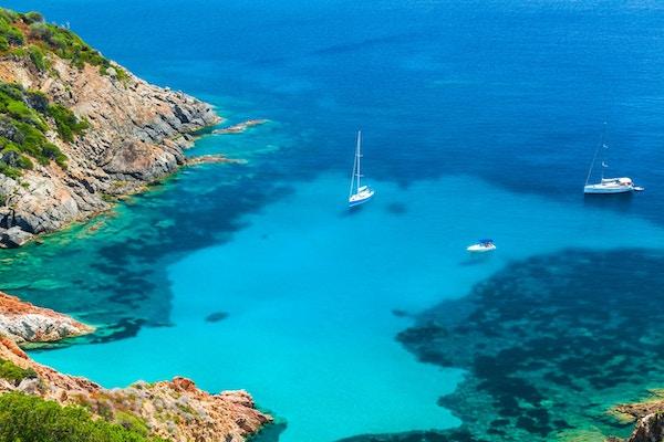 Korsika, fransk ö i Medelhavet. Kust- sommarlandskap, yachter förtöjda i azurblå vik