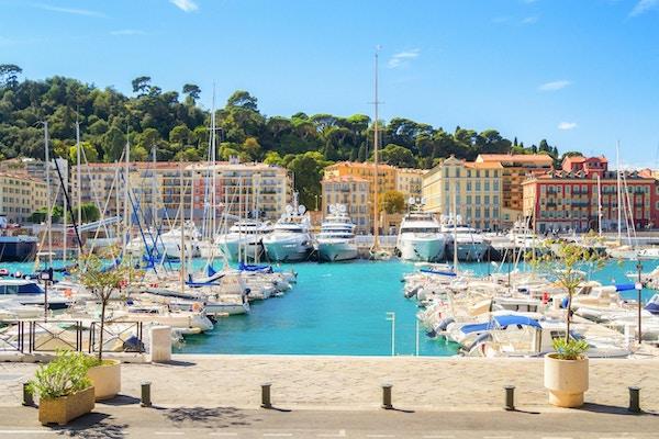 Hamn i Nice på en solig sommardag