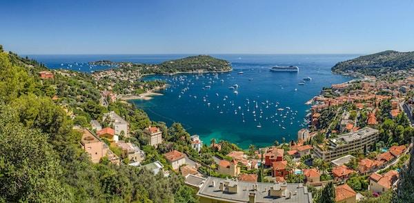 Panoramautsikt över Villefranche Bay, Nice, Cote d'Azur, Frankrike, visar Mont Boron i väster och Cap Ferat i öster.