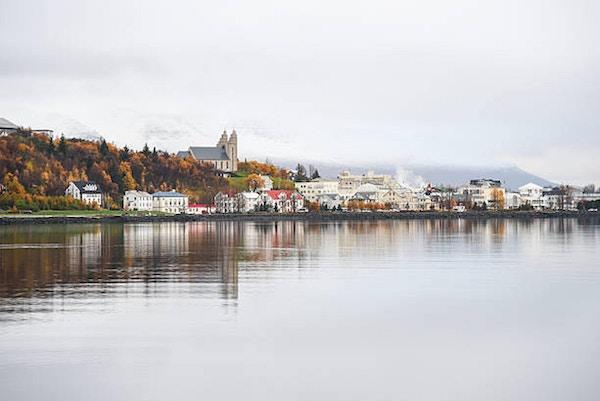 Akureyri i höst, nordlig stad på Island