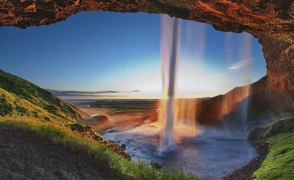 Sista minuterna av solnedgången i Seljalandsfoss vattenfall. Tagen i södra Island
