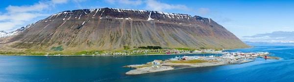 panoramautsikt över isafjörden, den största staden i västfjordarna, Island