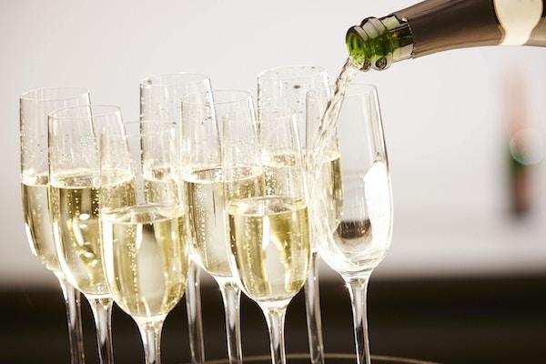 Champagnedrinkar som hälls på ett magasin