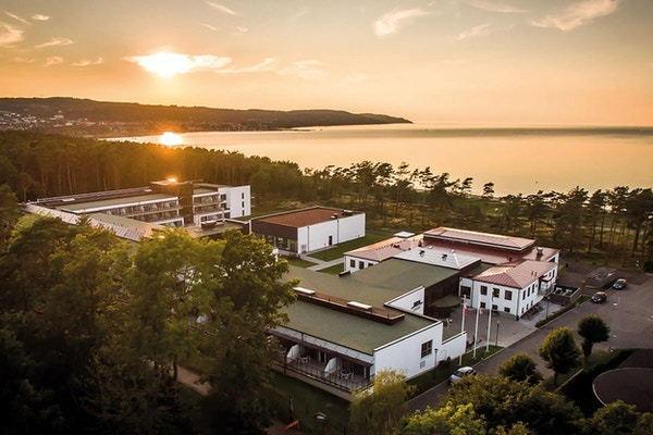 Solig morgon, luftfoto över hotellet, stranden och havet, Hotel Riviera Strand, Båstad, Sverige