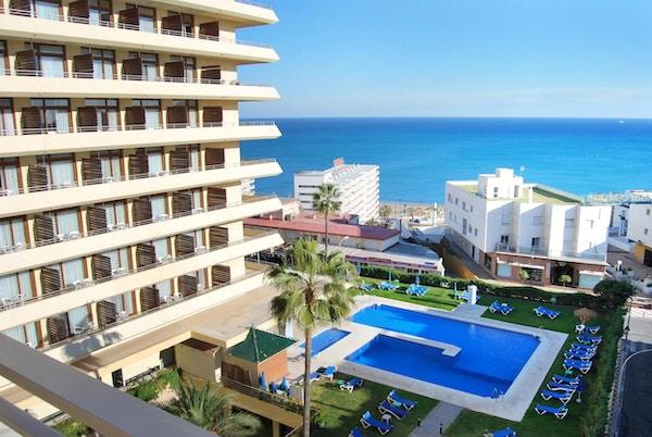 Utsikt över poolområdet och havet en solig dag, Gran Hotel Cervantes, Torremolinos, Spain