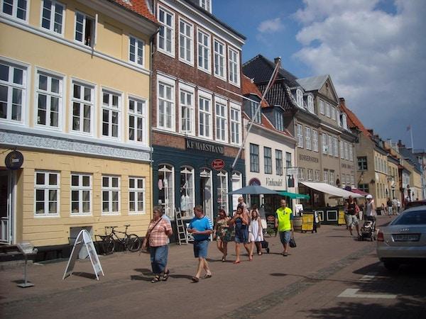 Gågata med butiker i centrum en solig sommardag, Helsingör, Danmark