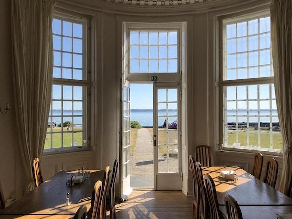 Restaurangen i huvudbyggnaden med härlig utsikt över Öresund, Helsingør Danhostel, Danmark