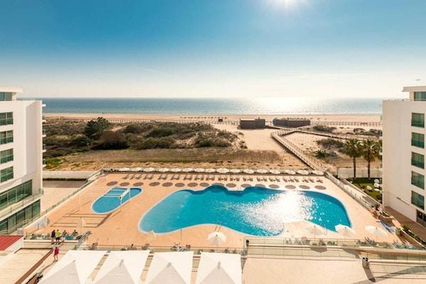 Poolområde med stranden och Atlanten, solig dag, Hotel Dunamar, Monte Gordo, Portugal