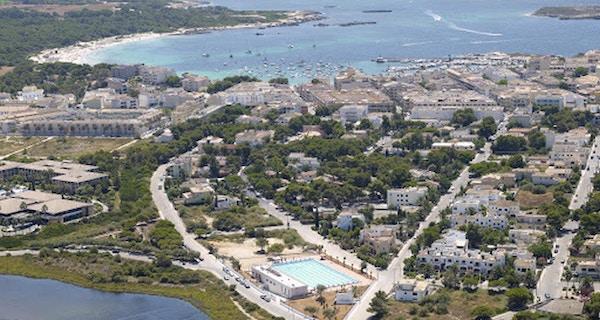 Flygfoto över Colonia Sant Jordi med BEST Centre och utomhus 50-metersbassäng, hotell, Medelhavet och stränder, Mallorca, Spanien