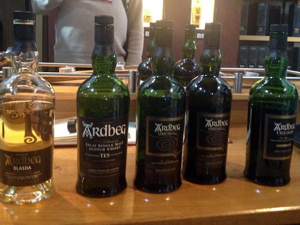 En rad med whiskyflaskor från Ardbeg, Ardbeg, Islay, Skottland, Storbrittanien