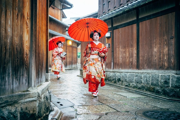 Maiko kvinnor som går i Kyoto