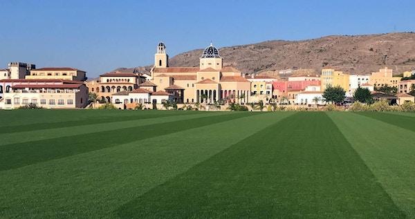Naturgräsplan med hotell och berg i bakgrunden, Melia Villaitana, Alicante, Spain
