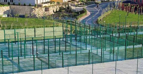 Många utomhus padelbanor på hotellet, Melia Villaitana, Alicante, Spanien