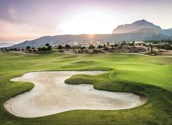 Nicklaus Design 18-håls golfbanor, sol som stiger upp bakom berget, Melia Villaitana, Benidorm, Spanien