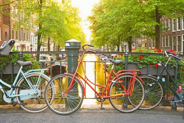 Cyklar på bron i Amsterdam Nederländerna