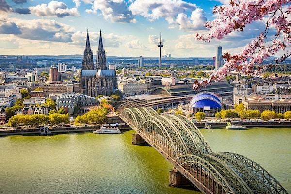 Flyg- sikt av Köln på våren, Tyskland