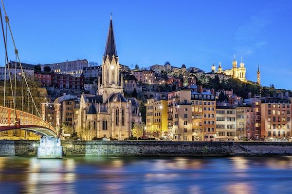 Berömd utsikt över Lyon med floden Saone på natten