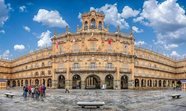 Människor utanför Plaza Mayor, Salamanca.