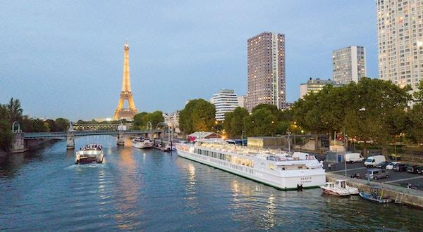 MS Renoir ligger på kajen på Seinen med Eiffeltornet i bakgrunden