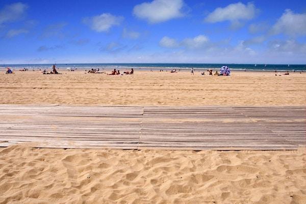 Promenad av träplankor på stranden i Trouville, Normandie Frankrike