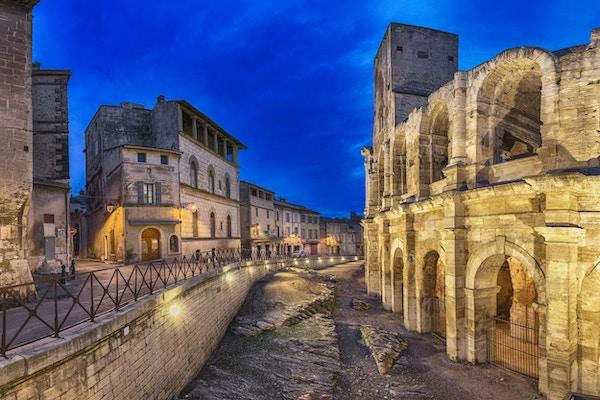 Romersk amfiteater i skymningen i Arles, Frankrike