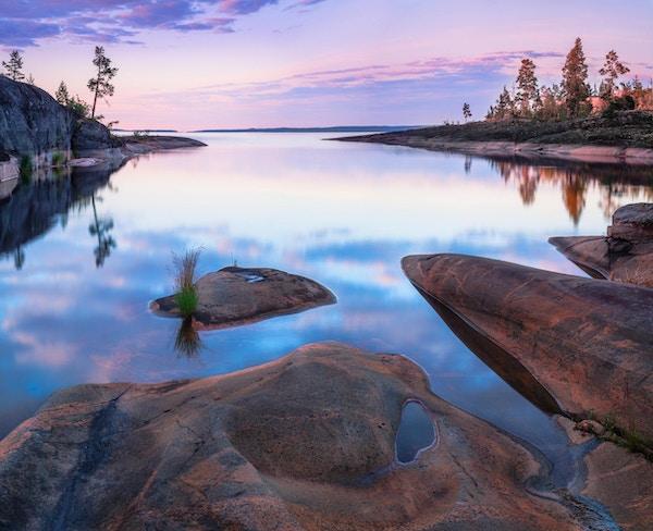 Lugna vik vid Ladoga sjön, Sorolansari ö. Karelia, Ryssland.