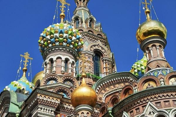 Church on Spilled Blood eller Cathedral of the Resurrection of Christ ligger i St Petersburg, Ryssland. Denna katedral har många namn. Byggt på den plats där kejsaren Alexander II mördades. Vacker blå himmel med cumulusmoln över kyrkan.