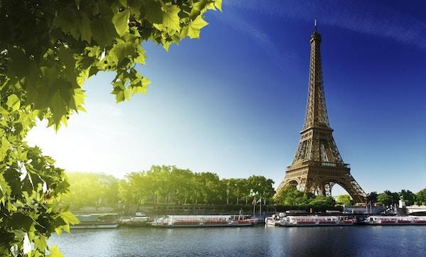 Seine i Paris med Eiffeltornet i soluppgångstid