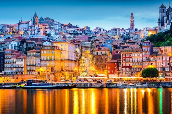 Porto, Portugal gammal stadshorisont från över Douro River.