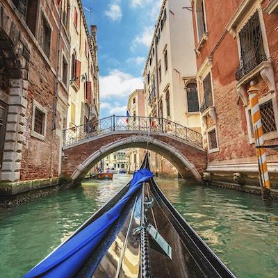 Venedig, Italien. Utsikt från gondolen under resan genom kanalerna.